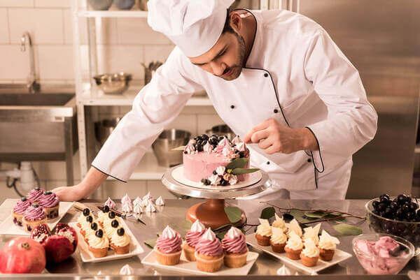 Pessoa preparando bolos e doces em curso de confeitaria