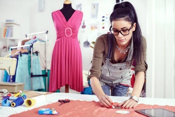 Mulher fazendo curso de design de moda pelo Senai