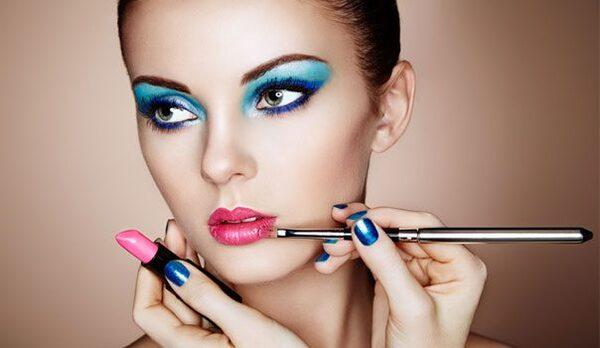 Pessoa formada em curso de maquiagem aplicando seu saber