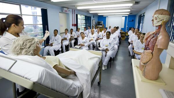 Curso de enfermagem com estudantes