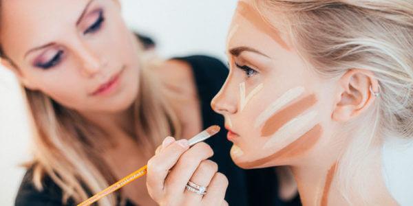 Pessoas estudando maquiagem