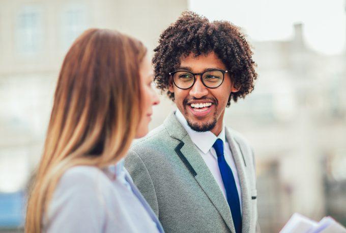 Quais os benefícios de trabalhar como estagiário em uma grande empresa?