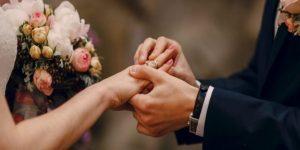Pessoas se casando