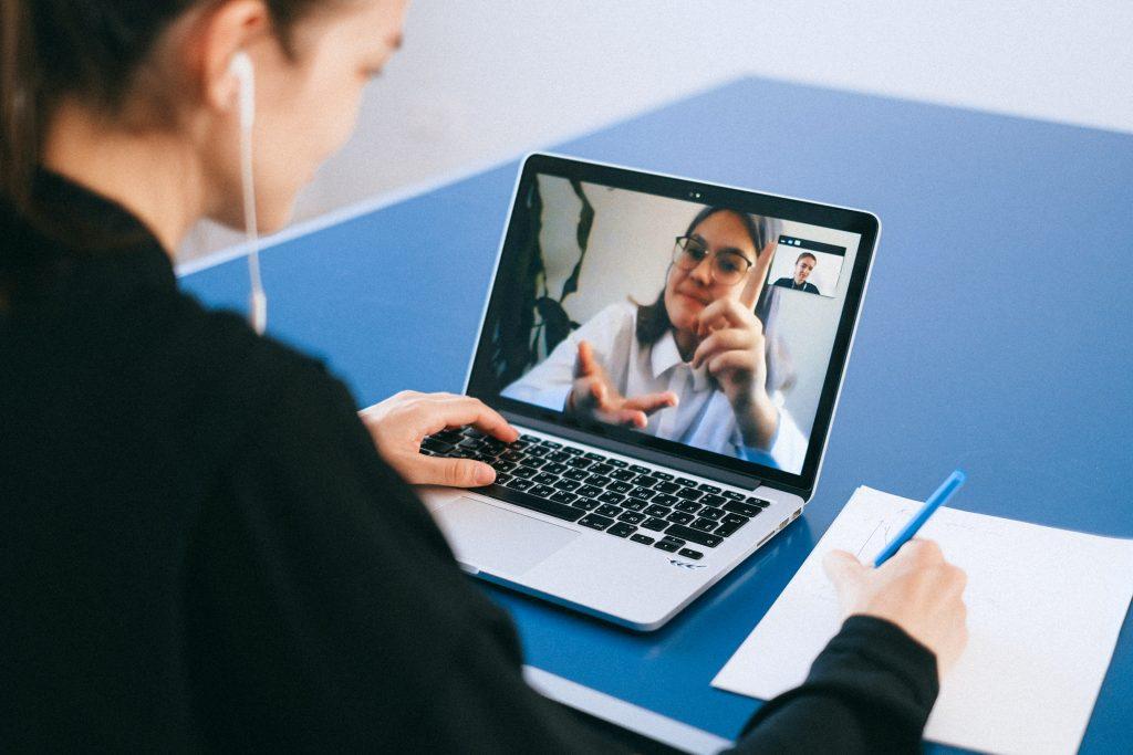 Mulher em home office fazendo uma videoconferência.