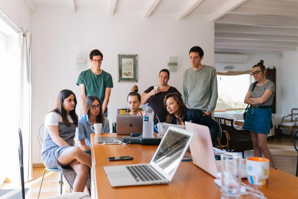 Jovens aprendizes trabalhando.